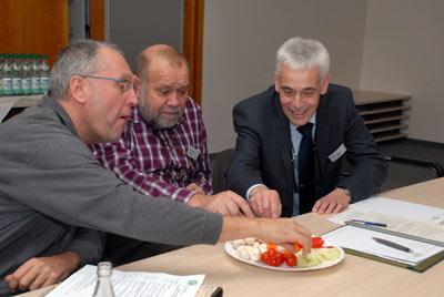 Diesem Angebot konnte sich auch Matthias Hub, rechts, Leiter der Bildungsstätte in Grünberg, nicht entziehen