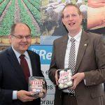 Christian Nacke, rechts, und Bundeslandwirtschaftsminister Christian Schmidt mit für das Regionalfenster zertifizierten Champignons.