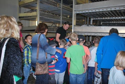 Joachim Wulfers begeisterte die Schüler aus Barnsdorf-Drentwede mit seiner kindgerechten Führung in Emstek.