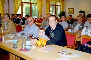 Auch die jüngste Generation fand die Veranstaltung im Saal spannend – Marco Deckers und Sohn Samuel hören aufmerksam zu