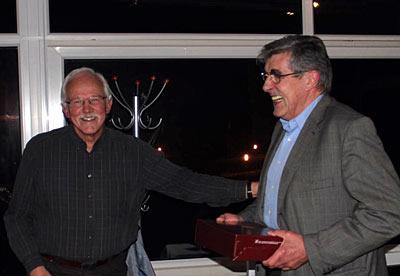 Klaus-Dieter Hesse, links, zweiter Vorsitzender der HLP, bedankt sich mit einem guten Tropfen beim scheidenden Vorsitzenden Georg Heinrich Rühl für das lange Engagement