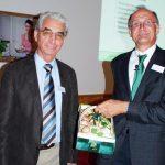 Dr. Herbert Funk, rechts, freut sich über einen Korb frischer Champignons aus den Händen des BDC-Vorsitzenden Franz Schmaus