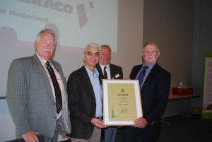 Die Ehrennadel in Gold des ZVG erhielt Franz Schmaus (Bildmitte) aus den Händen von Gerhard Schulz (rechts) in Bremen für seine hervorragenden Verdienste. BDC-Vorsitzender Michael Schattenberg (links) und Geschäftsführer Jochen Winkhoff wohnten der Auszeichnung bei