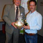 Peter Bouten freut sich über frische Champignons und eine flüssige Spezialität aus Niedersachsen aus den Händen von Michael Schattenberg