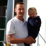 Andreas Wohlers und sein dreijähriger Sohn begrüßen die Gäste vom BDC