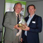 Mart Christiaens (rechts) freut sich über ein kleines Dankeschön aus den Händen vom BDC-Vorsitzenden Michael Schattenberg