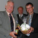 Michael Legrand (rechts) freut sich über kleine Präsente aus der Hand vom neuen BDC-Vorsitzenden Michael Schattenberg