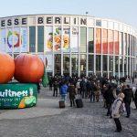 Schon vor dem Eingang zeigt die FRUIT LOGISTICA, wie bunt und vielseitig die Welt der essbaren Früchte ist