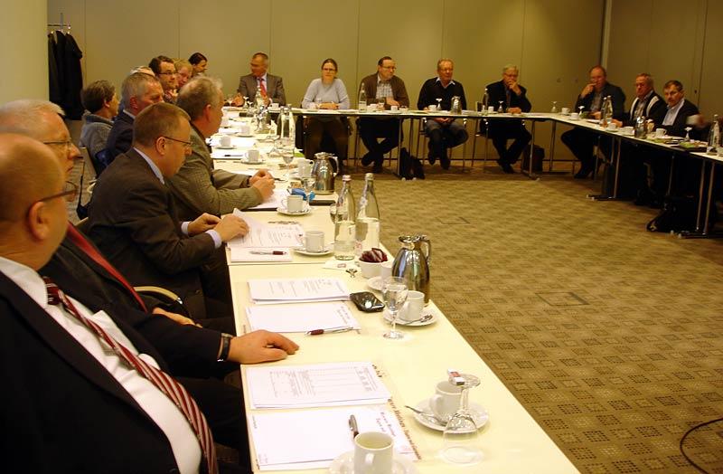 Engagiert diskutierten die Mitglieder des Vorstandes der Bundesfachgruppe Gemüsebau die Themen EEG-Umlage, Herkunftsbezeichnung, Düngeverordnung und Pflanzenschutz, Michael Schattenberg und Michael Böging (4. und 5. von links im Bild) vertreten den BDC