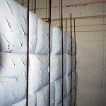 Die Säcke werden gestapelt und mit Hilfe von Metallstäben und Seilen am Platz gehalten