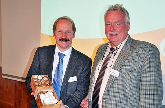 Dr. Behr freut sich über das Geschenk des BDC aus den Händen des Vorsitzenden Michael Schattenberg.