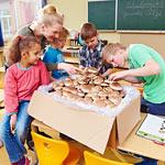 Die schnellwachsenden Pilze sorgen bei den Schülern für leuchtende Augen.
