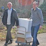 Pilzbotschafter Peter Marseille, links, und BDC-Schatzmeister Marco Deckers transportieren Muster für die Schulpilzaktion zum Tagungsraum.