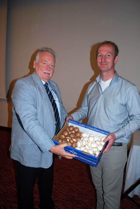 Frische Champignons als Dankeschön für einen gelungenen Vortrag: Der BDC-Vorsitzende Michael Schattenberg, links, und Jack Lemmen in Potsdam.