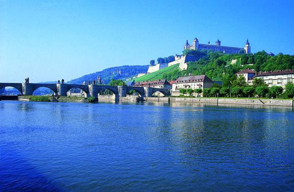 Tagen mit Blick auf den Main – das Maritim Hotel in Würzburg