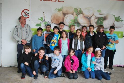 Die Schüler der Christophorus-Grundschule in Betzdorf mit BDC-Pilzbotschafter Peter Marseille in Leichlingen.