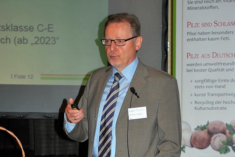 """Dr. Peter Oswald machte in Würzburg deutlich, wie vielschichtig das Thema """"Düngung"""" unter Berücksichtigung des Wasserschutzes ist."""