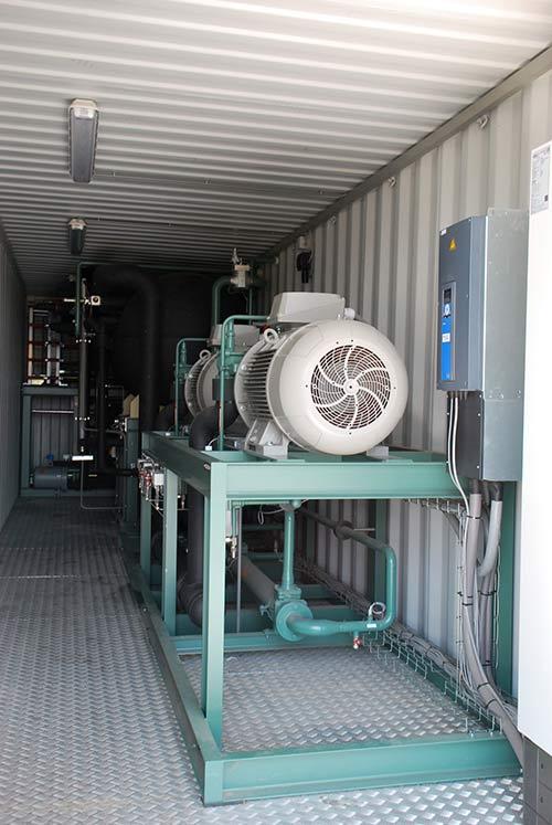 Optisch wenig spektakulär und doch das Herz des Betriebes: Pumpen für das Managen der Wärme, eine klassische Heizung wird nicht mehr gebraucht.