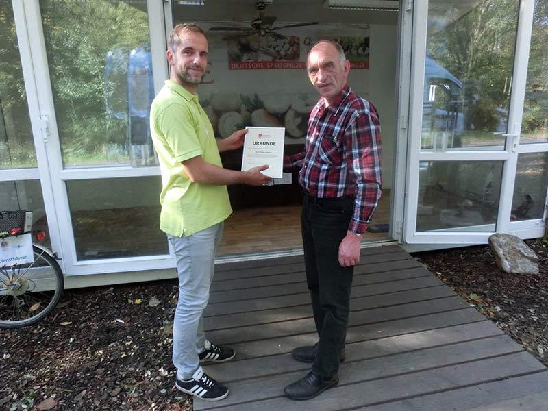 Mit einer Urkunde bedankt sich der BDC-Pilzbotschafter Peter Marseille, links, bei IGA-Mitarbeiter Stephan Wegener für das große Engagement bei der Betreuung des Ausstellungsbeitrages.