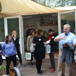 Vor dem Pilzpavillon des BDC auf der IGA in Berlin erläutert Jochen Winkhoff den Mitarbeitern des deutschen Bundestages die besonderen spezifischen Anforderungen des Speisepilzanbaus in Deutschland.