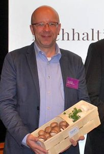 Darius Talaj freute sich nach seinem Vortrag über ein Körbchen mit frischen Champignons.
