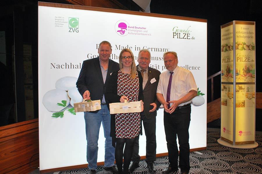 Dr. Eva Stüber, Mitte, freut sich über frische Champignons aus den Händen vom BDC-Vorsitzenden Michael Schattenberg, rechts. Mit dabei: Henk Teben, links, und BDC-Geschäftsführer Jochen Winkhoff.