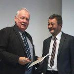Michael Schattenberg, links, verabschiedet mit Ulrich Groos den letzten Fachberater für den Pilzanbau in den Ruhestand.
