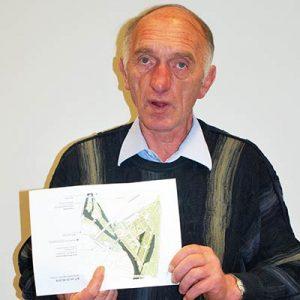 BDC-Pilzbotschafter Peter Marseille stellt anhand eines Planes die Lage des Pilzgartens auf der BUGA 2019 in Heilbronn vor.