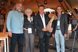 Große Freude bei der Preisverleihung: Jürgen Kynast, HLP Vorsitzender, Magda Verfaillie, Wood Fungi Veranstalterin, Ulrich Groos, HLP-Geschäftsführer, Roel van de Heyning, Wood Fungi Veranstalter, von links nach rechts.