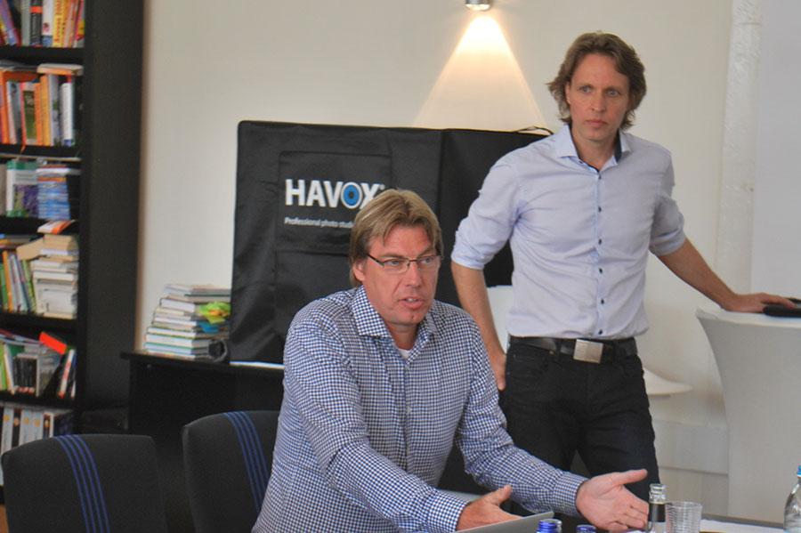 Andre Lassan, links, und Claus-Jürgen Fischer von der Agentur Leonardo, stellen dem BDC-Werbeausschuss die neuen Inhalte für die Internetseite vor.