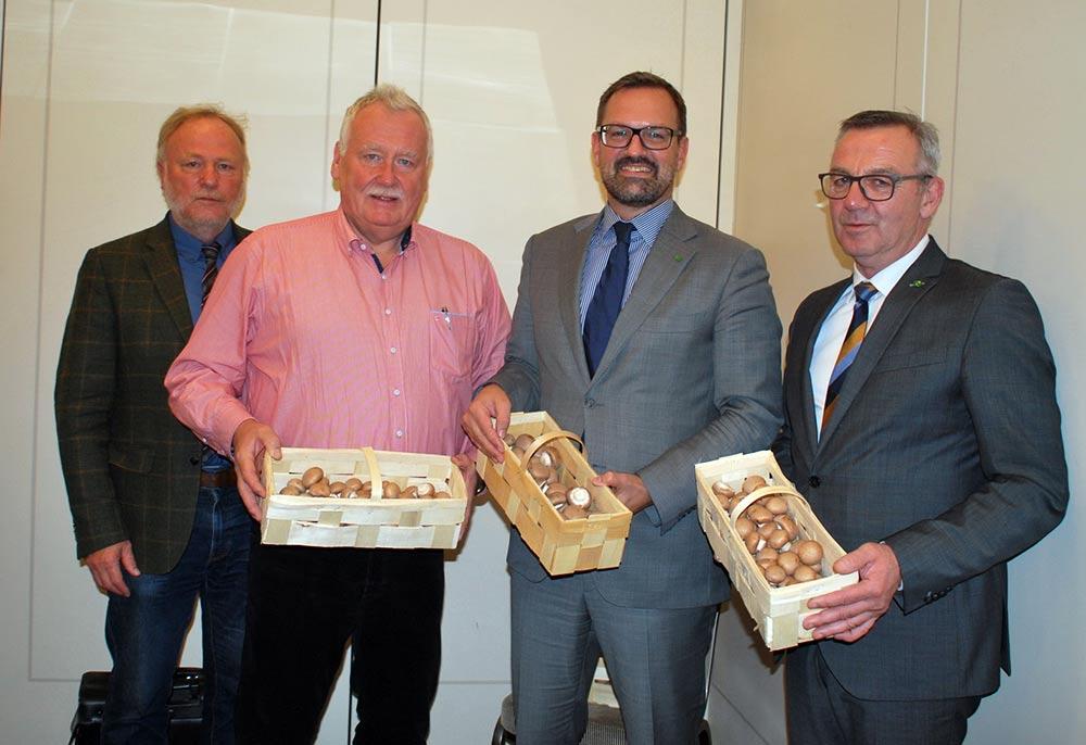 Ein Körbchen frischer Pilze ist Gästen des BDC immer gewiss, von links nach rechts: BDC-Geschäftsführer Jochen Winkhoff, BDC-Vorsitzender Michael Schattenberg, ZVG-Generalsekretär Bertram Fleischer und ZVG-Präsident Jürgen Mertz.