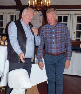 Der BDC-Vorsitzender Michael Schattenberg, links, bedankt sich in Bad Zwischenahn im Namen des Verbandes bei Michael Böging für sein Engagement.