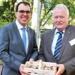 Mit einem Körbchen frischer Pilze bedankt sich der BDC-Vorsitzender Michael Schattenberg, rechts, bei Prof. Dr. Jürgen Hermeler für den Vortrag zum spannenden Thema Kältetechnik.