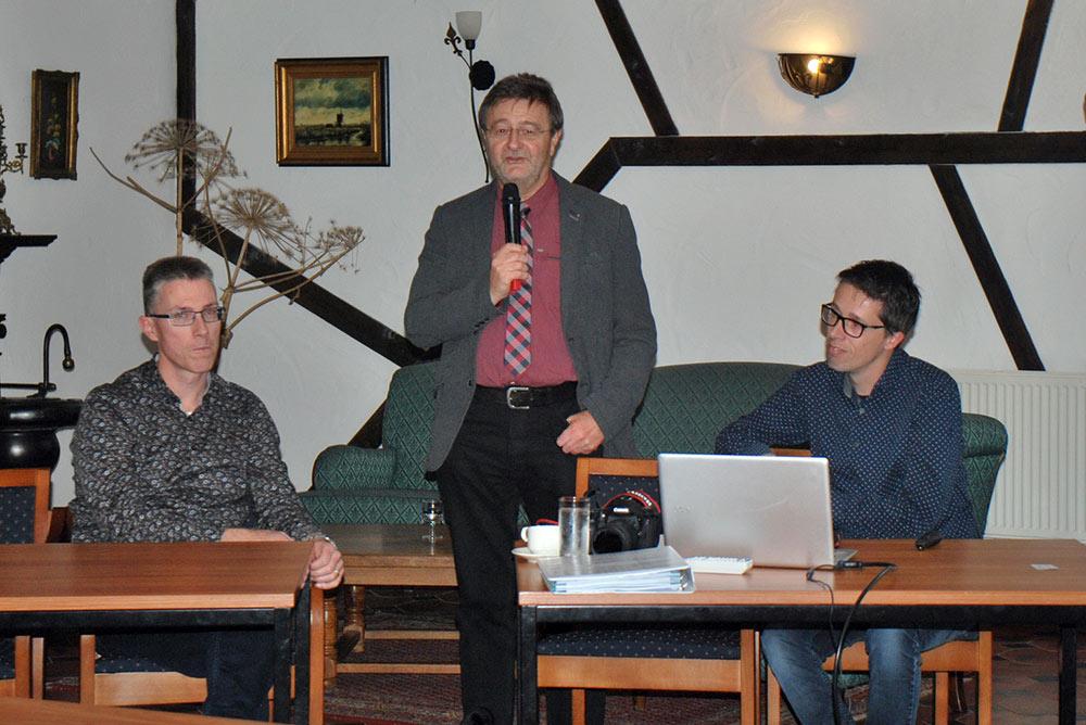 Roland von Dorenmaate, HLP-Geschäftsführer Ulrich Groos und Bob Holtermans, von links nach rechts, diskutierten intensiv mit den Zuhörern zum Thema Automatisierung.