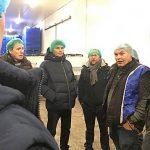 Hans Deckers, zweiter von rechts, im regen Austausch mit den Spargelanbauern beim Besuch in Bürstadt.