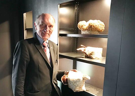 Peter Marseille präsentiert einen Edelpilz am Eröffnungstag in Heilbronn.