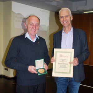 Peter Marseille, links, nimmt die hohe Auszeichnung aus den Händen von Präsident Christoph Nagelschmitz in Empfang.