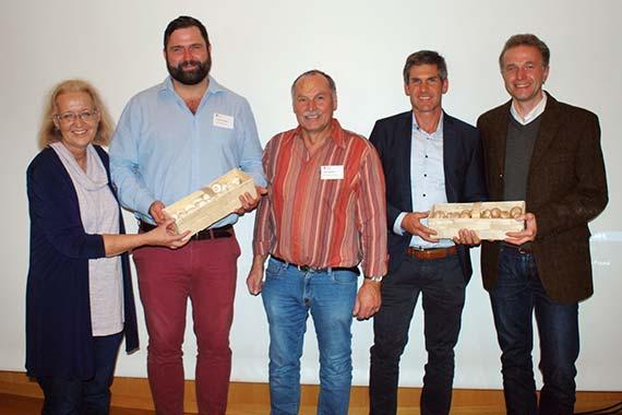 Drei Praktiker ergänzten den Einführungsvortrag, von links nach rechts: Moderatorin Christiane James, Florian Fritsche, Hans Deckers, Andreas Schmaus und Waldemar Schuller.