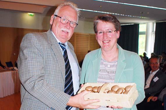 Ein Körbchen mit frischen Champignons aus Thüringen aus den Händen vom BDC-Vorsitzenden Michael Schattenberg für Dr. Gaby-Fleur Böl
